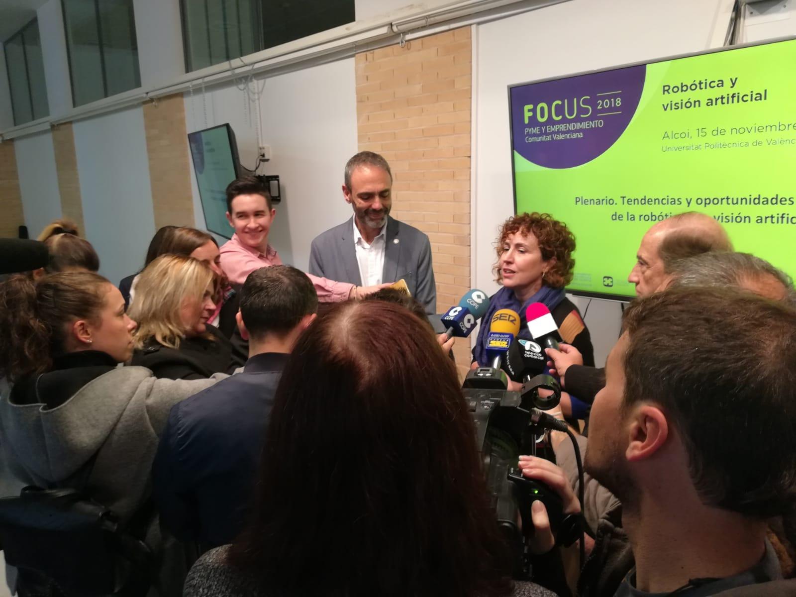 Julia atendiendo a los medios